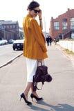 Gelukkige jonge bedrijfsvrouw die op de straat lopen royalty-vrije stock foto's