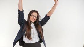 Gelukkige jonge bedrijfsvrouw die op wit wordt geïsoleerdA stock video