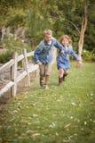 Gelukkige Jonge Broer en Zuster Running Outside Royalty-vrije Stock Foto's