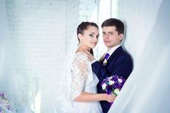 Gelukkige jonge bruid en bruidegom Stock Afbeeldingen
