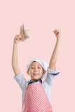 Gelukkige jonge chef-kok die Thais Bahtgeld houden stock foto's