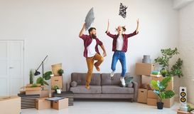 Gelukkige jonge echtpaarbewegingen aan nieuwe flat en het lachen, royalty-vrije stock foto