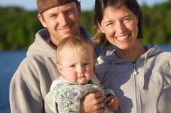 Gelukkige jonge familie Royalty-vrije Stock Afbeeldingen
