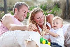 Gelukkige jonge familie Stock Foto