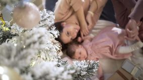 Gelukkige jonge familie bij Kerstmisdecoratie stock videobeelden