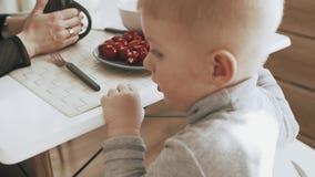 Gelukkige jonge familie die ontbijt in keuken op vakantie hebben thuis stock video