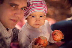 Gelukkige jonge familie het besteden tijd openlucht in het de herfstpark Royalty-vrije Stock Foto's