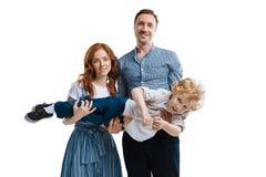 Gelukkige jonge familie met één kind die zich verenigen Stock Afbeeldingen