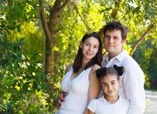 Gelukkige jonge familie met dochter stock afbeeldingen