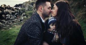 Gelukkige Jonge Familie met het genieten van van aard samen, in openlucht Zonsondergang Langzame motie, hoge snelheidscamera 4K stock video