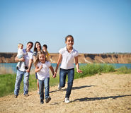 Gelukkige jonge familie met kinderen Stock Foto