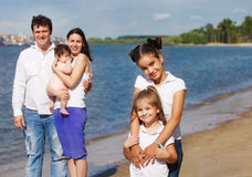 Gelukkige jonge familie met kinderen openlucht Stock Foto's