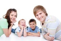 Gelukkige jonge familie met twee kleine zonen Stock Foto's