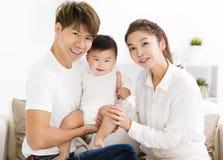 Gelukkige jonge familie met zoete babyjongen royalty-vrije stock afbeelding