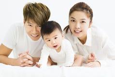 Gelukkige jonge familie met zoete babyjongen stock foto