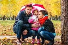 Gelukkige jonge familie onder een paraplu Royalty-vrije Stock Foto
