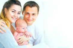 Gelukkige jonge familie Vader, moeder en hun pasgeboren baby stock afbeelding