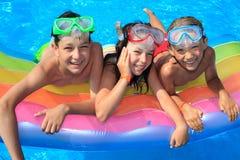 Gelukkige jonge geitjes in de pool Royalty-vrije Stock Afbeeldingen