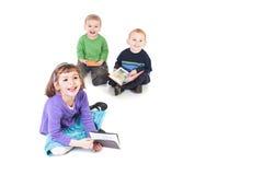 Gelukkige jonge geitjes die boeken lezen Royalty-vrije Stock Foto's