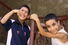 Gelukkige jonge geitjes die in de straat in giza, Egypte spelen Stock Foto's