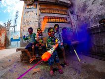 Gelukkige jonge geitjes die holi in India spelen royalty-vrije stock foto's
