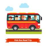 Gelukkige jonge geitjes die op de rode bus reizen Stock Afbeeldingen