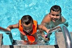 Gelukkige jonge geitjes in het zwembad royalty-vrije stock foto's