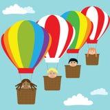 Gelukkige jonge geitjes in hete luchtballons Royalty-vrije Stock Foto's