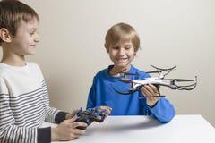 Gelukkige jonge geitjes met hommel thuis Technologie, onderwijs, vrije tijd, speelgoedconcept stock foto's