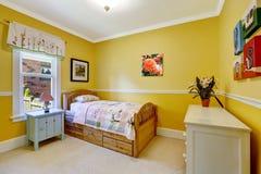 Gelukkige jonge geitjesruimte in heldere geel royalty-vrije stock foto's