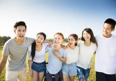 Gelukkige jonge groep die samen lopen Royalty-vrije Stock Foto's