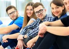 Gelukkige jonge groep mensen status Stock Foto's