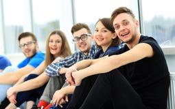 Gelukkige jonge groep mensen status Stock Afbeelding
