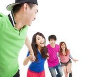 Gelukkige jonge groep die voor pret lopen Stock Foto's
