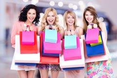 Gelukkige jonge groep vrouwen na het winkelen in de grote wandelgalerij royalty-vrije stock fotografie