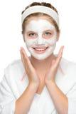 Gelukkige jonge het masker van het meisjesgezicht het glimlachen schoonheidsmiddelen Royalty-vrije Stock Afbeelding