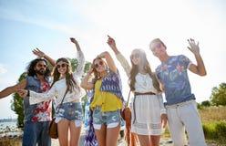 Gelukkige jonge hippievrienden die in openlucht dansen Royalty-vrije Stock Foto