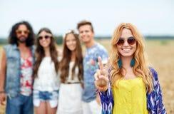 Gelukkige jonge hippievrienden die vrede in openlucht tonen Royalty-vrije Stock Foto