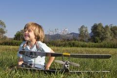 Gelukkige Jonge jongen en zijn nieuw vliegtuig RC Stock Afbeelding