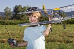 Gelukkige Jonge jongen en zijn nieuw vliegtuig RC Royalty-vrije Stock Afbeelding