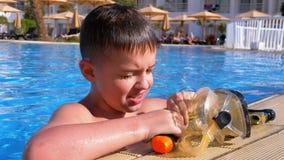 Gelukkige Jonge Jongen in het Duiken Masker het Ontspannen in Blauwe Waterpool bij het Hotel van Egypte stock footage