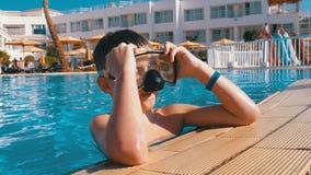 Gelukkige Jonge Jongen in het Duiken Masker het Ontspannen in Blauwe Waterpool bij het Hotel van Egypte stock videobeelden