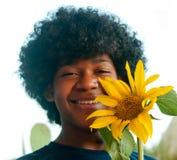 Gelukkige jonge jongen met een zonnebloem in de handen Stock Foto's