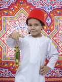 Gelukkige Jonge Jongen met het Vieren van Fez en van de Lantaarn Ramadan Stock Afbeelding