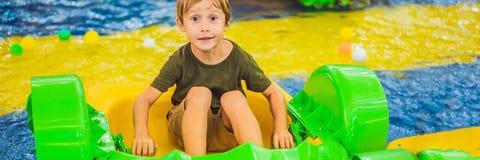 Gelukkige jonge jongen op de boot die van het spelen op pretparkbanner genieten, LANG FORMAAT stock afbeeldingen
