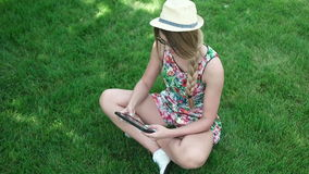 Gelukkige jonge Kaukasische donkerbruine vrouw met tablet stock video