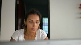 Gelukkige Jonge Kaukasische Student Girl Surfing Internet met Laptop stock video