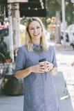 Gelukkige Jonge Kaukasische Vrouwelijke het Drinken Koffie royalty-vrije stock afbeelding
