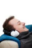 Gelukkige jonge kerel die aan muziek luistert Royalty-vrije Stock Afbeeldingen