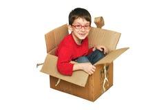 Gelukkige jonge kinderen in doos Royalty-vrije Stock Afbeelding